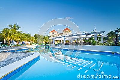 热带游泳池在黎明