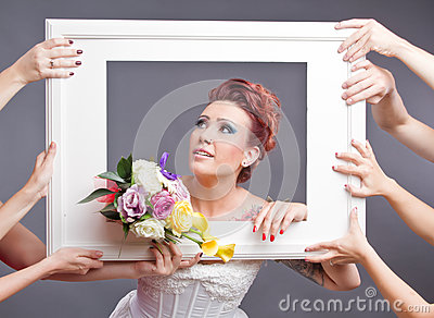 有花束的新娘在框架
