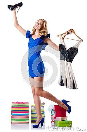 尝试新的衣物的可爱的妇女