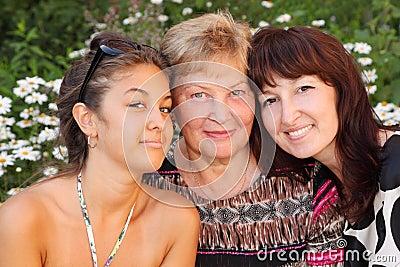 Бабушка, мать, дочь в парке