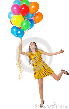 Γυναίκα που κρατά μια δέσμη των μπαλονιών