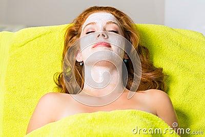 Косметики и красотка - женщина с лицевой маской