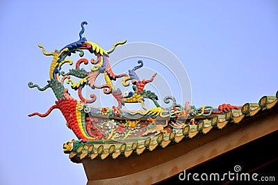 在中国传统寺庙的五颜六色的房檐