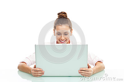 坐与膝上型计算机的少妇