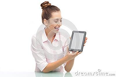 Женщина держа цифровую таблетку