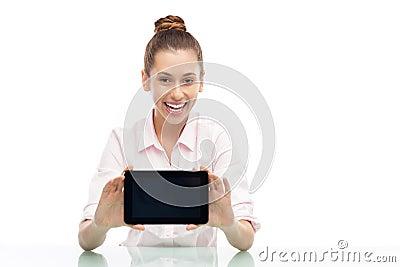 Молодая женщина держа цифровую таблетку