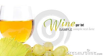 Ветвь виноградин и стекла вина