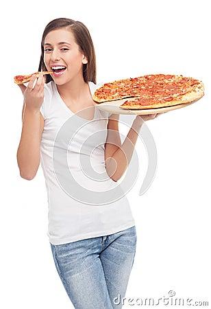 Молодая женщина есть пиццу