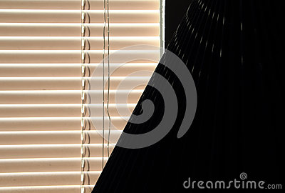 Шторки окна и тень светильника