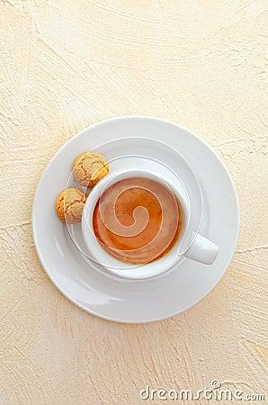 浓咖啡咖啡和蛋白杏仁饼干