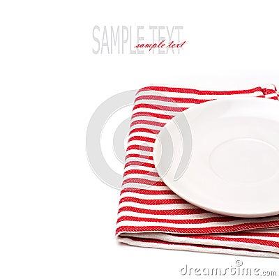 Пустая белая плита на скатерти