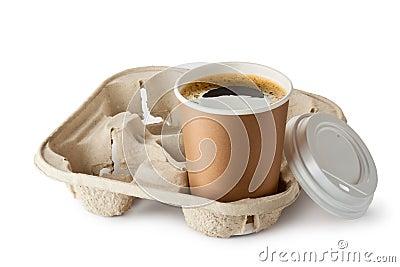 在持有人的被开张的外卖咖啡