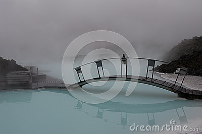 Мост над голубой водой Редакционное Стоковое Фото
