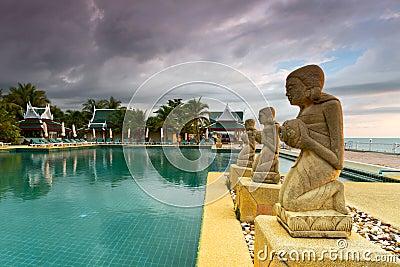 在日落的热带游泳池
