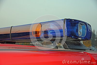 闪动的警报器蓝色和红色屋顶