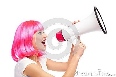 呼喊通过扩音机的妇女