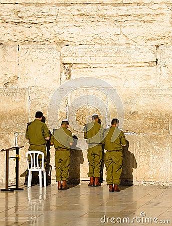 Воины израильской армии молят на западной стене в Иерусалиме Редакционное Изображение