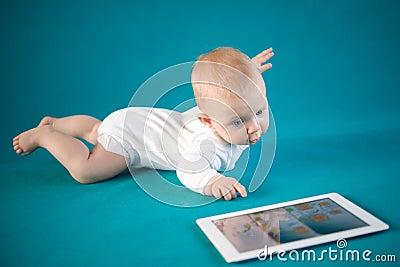 有数字式片剂的婴孩