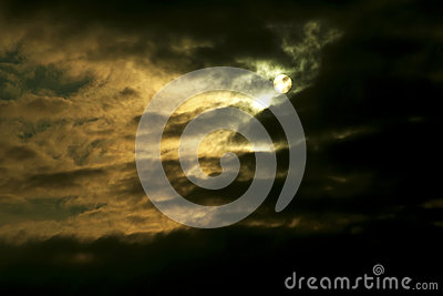 暴风云和月亮 免版税库存图片