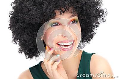 Женщина с черный афро смеяться над парика