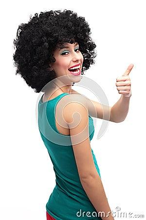 Девушка при афро показывая большие пальцы руки вверх