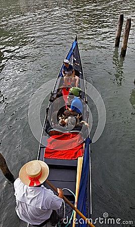 有游人的平底船的船夫 编辑类图片