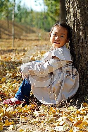 亚裔小女孩在秋天