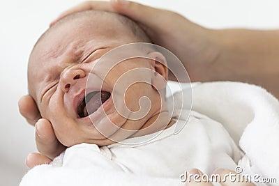 抱着哭泣的叫喊的婴孩的父亲父项