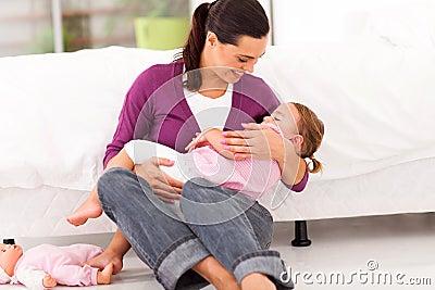 母亲晃动的婴孩休眠