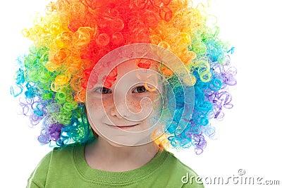 有雀斑和小丑头发的-特写镜头逗人喜爱的男孩.图片