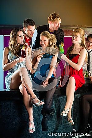 Άνθρωποι στα κοκτέιλ κατανάλωσης κλαμπ ή μπαρ
