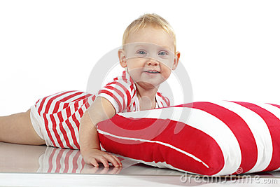 Ребенок лежа с подушкой