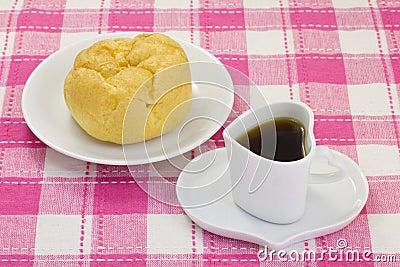 咖啡和一块奶油饼