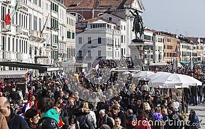 Толпа в Венеции Редакционное Изображение
