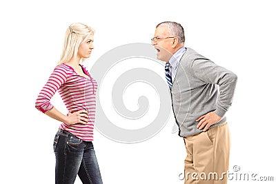 呼喊在他的女儿的恼怒的父亲