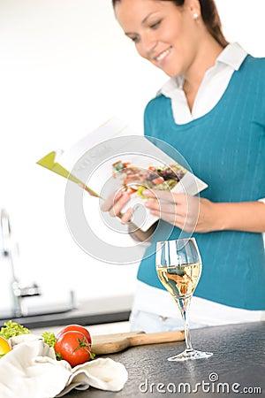 妇女烹调书厨房沙拉的读取食谱
