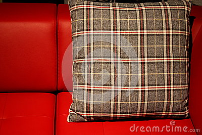 红色沙发和枕头
