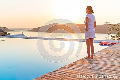在游泳池的日出