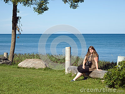 休息在休伦湖畔附近的夫人