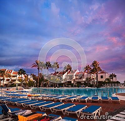 游泳池在旅馆里。 日落在特内里费岛海岛,西班牙。
