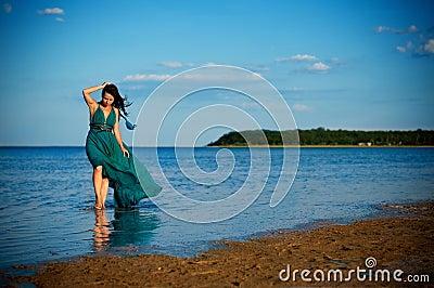 Молодая женщина на пляже