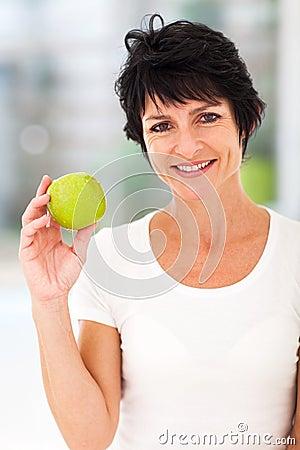 Середина постарела яблоко женщины