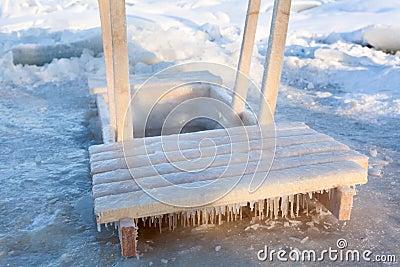 浸洗的木扶手栏杆在冰漏洞水中