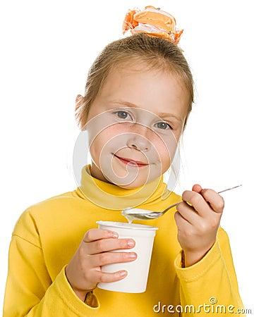 Маленькая девочка есть югурт