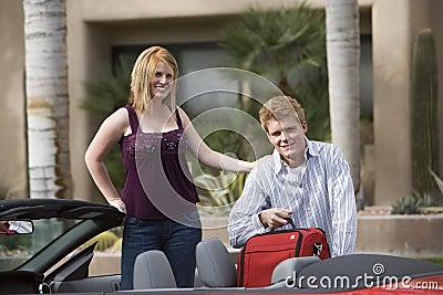 夫妇在汽车的装货行李