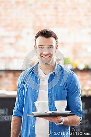 Кельнер с кофе на подносе