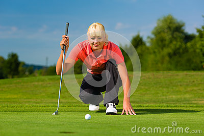 Νέος θηλυκός φορέας γκολφ στη σειρά μαθημάτων που στοχεύει για βαλμένος