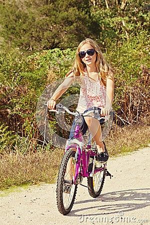 女孩骑马自行车