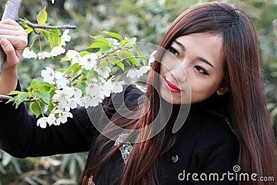 有花的美丽的女孩