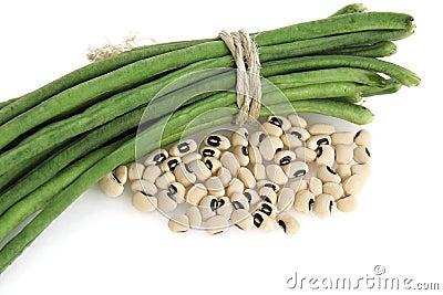 新鲜和干黑眼睛的豆